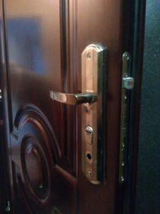 поменять замок на входной двери
