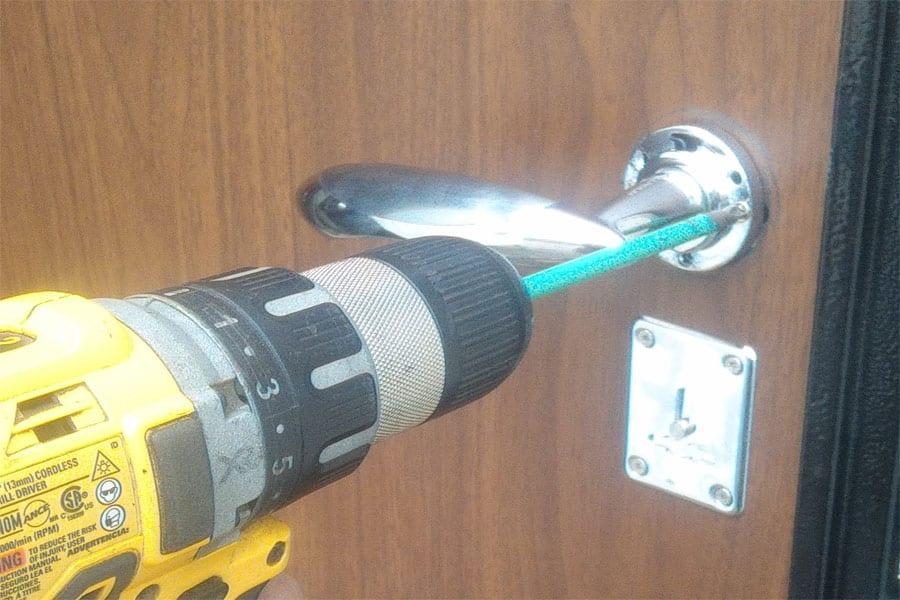 Как заменить ручку на входной металлической двери